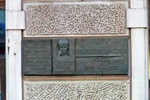 Tablica poświęcona poecie Rafałowi Wojaczkowi
