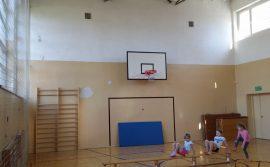 dzieci podczas rozgrzewki na starej sali gimnastycznej