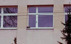Czujnik mierzący poziom zanieczyszczenia powietrza zamontowany na szkole
