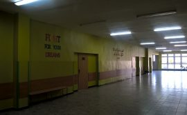 szkolny korytarz