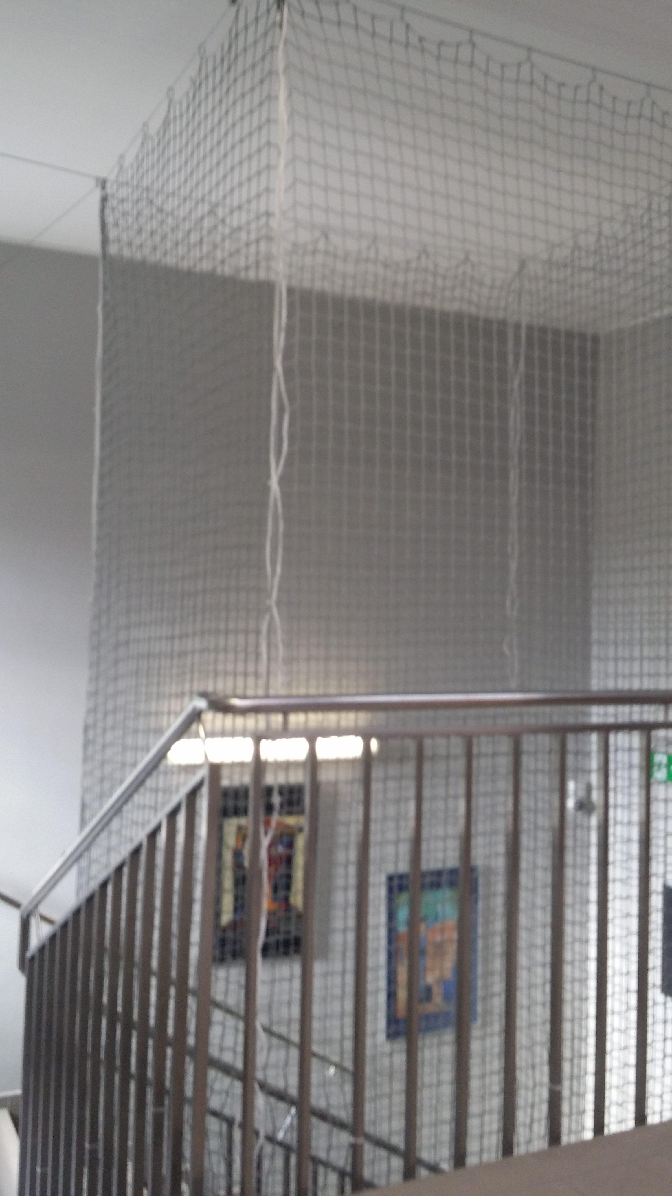 Doposażenie klatki schodowej wraz z modernizacją piłkochwytów i przebudowa kącika porządkowego w SP4