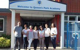 Zdjęcie grupowie - Power of Educatio pod budynkiem Queen is Park Academy