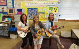 Power of Education - zdjęcie grupowe z gitarami
